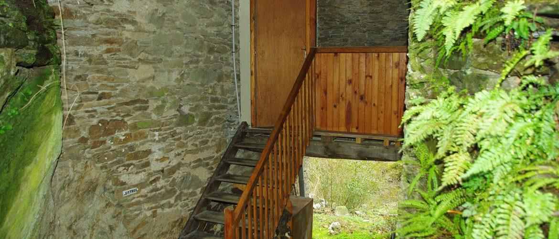 escalier en bois et terrasse en lauze donnant accès au gîte