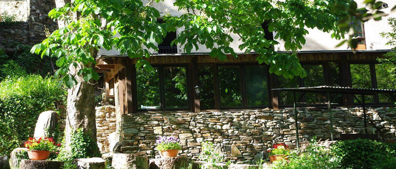 vue extérieure du salon de jardin du gîte cévenol de la magnanerie