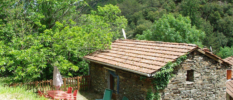 vue extérieure du gîte de la clède en lauzes, vue de la montagne, salon de jardins en terrasse