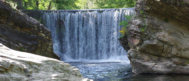 cascade du valat de la rivière près du camping