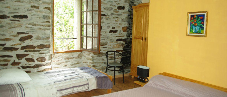 chambre de trois personnes lit double et lit simple gite cevenol