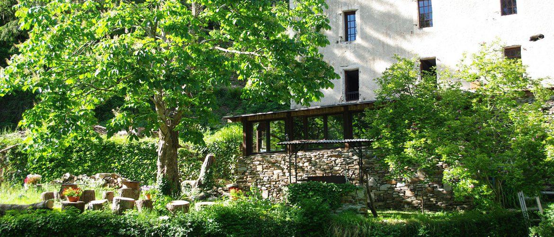 vue extérieure gîte de la magnanerie en pierres et terrasse cévenole